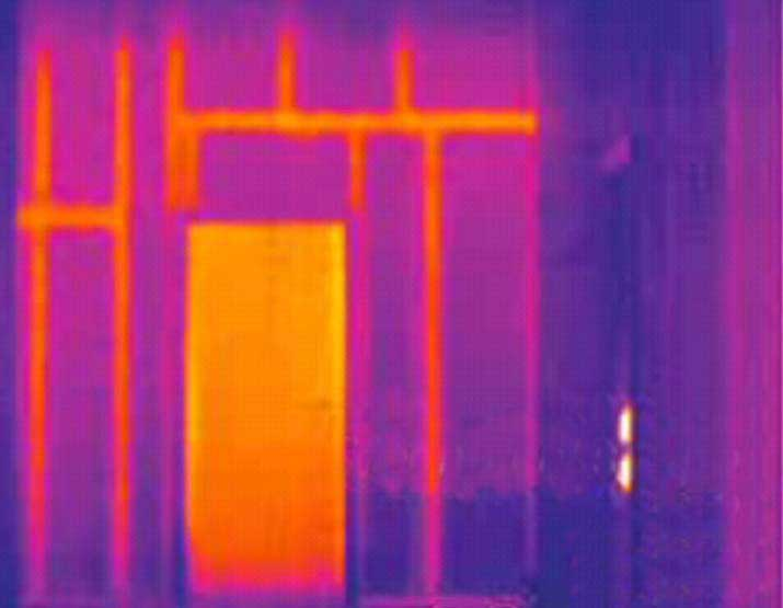 thermal image showng timber frame house with pronounced thermal bridges